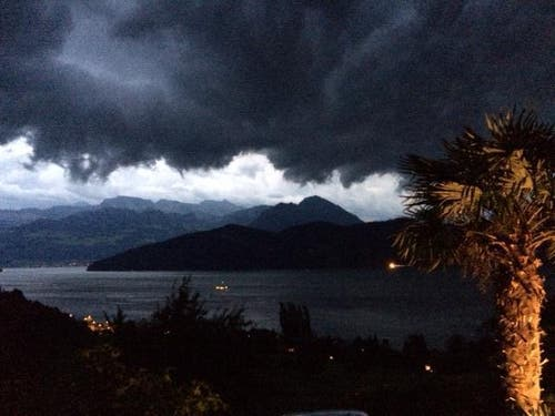 Gewitterwolken über Weggis. (Bild: Leserbild Maya Felder)