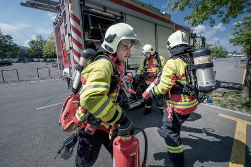 Nur wenige Minuten, nachdem ein Alarm eingeht, sind die Feuerwehrmänner vor Ort. Yves Portmann, Andreas Hasler und Ruedi Brunner (von links) hier bei einer Übung auf der Allmend. (Bild: Pius Amrein (Neue LZ))