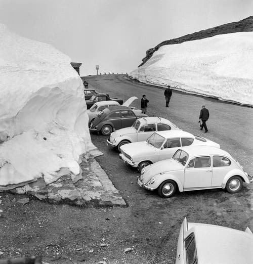 Autofahrer machen am 1. April 1968 Rast auf dem Klausenpass. (Bild: Keystone)