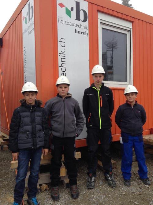 Holzbautechnik Burch AG, Sarnen: Blerand, Fabian, Janick und Mauro auf Baustellenbesichtigung beim Neubau Kindergarten in Neuenkirch. (Bild: Peter Ming)