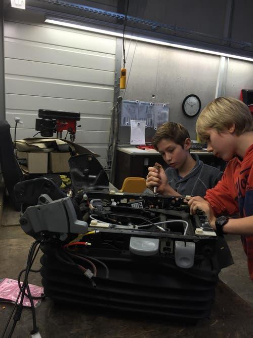 Luca und Nicola aus Hochdorf mit Grosspapi bei Südo AGL in Spreitenbach: Sie reparieren einen Fahrersitz eines Busses. (Bild: Max Sigrist)
