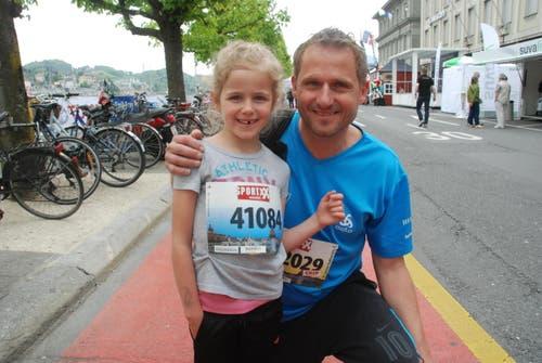 Noemi Schumacher aus Altishofen mit ihrem Vater. (Bild: Swiss-Image)