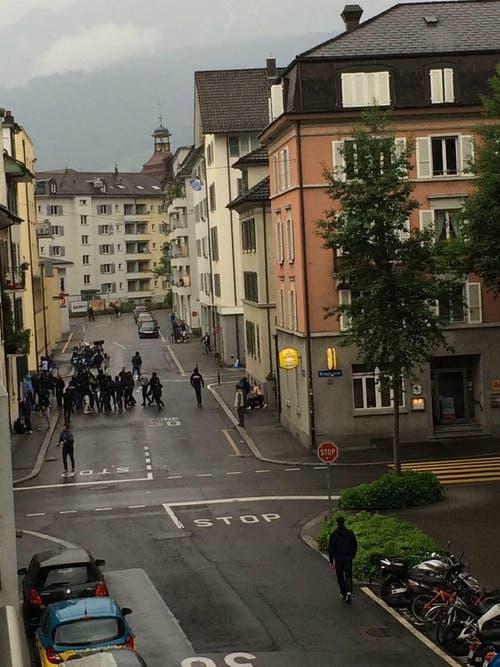 Ein Mann liegt am Boden und wurde mutmasslich verprügelt. Passiert ist der Vorfall an der Ecke Bireggstrasse / Bleicherstrasse. (Bild: Leserreporter)