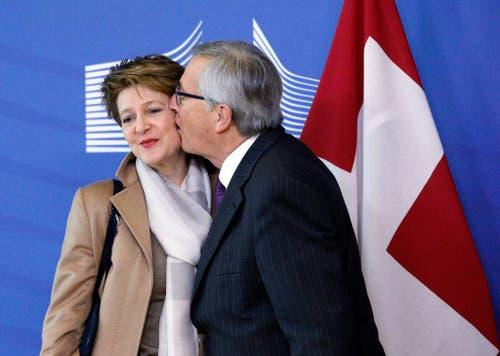 2. Februar: Während in den Verhandlungen um die Umsetzung der Masseneinwanderungsinitiative die Differenzen der Schweiz und der EU gross sind, demonstriert EU-Kommissionspräsident Jean-Claude Juncker doch ungewohnte Nähe. Das Bild seines Kusses auf die Wange von Bundespräsidentin Simonetta Sommaruga geht durch die Medien. (Bild: EPA / Olivier Hoslet)