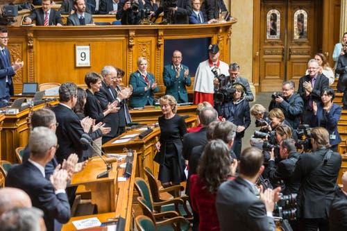 Die Mitglieder der Vereinigten Bundesversammlung applaudieren der zurücktretenden Bundesrätin Eveline Widmer-Schlumpf (MItte). (Bild: KEYSTONE / PETER KLAUNZER)
