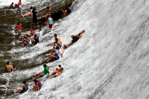 Filipinos geniessen das Wasser während des Weltwassertages an einem stillgelegten Wasserreservoir östlich von Manila. (Bild: EPA / Ritchie B. Tongo)