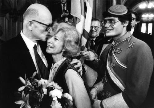 Nach seiner Wahl zum Bundesrat empfängt der bisherige Luzerner CVP-Standesherr Alphons Egli (links) im Bundeshaus die herzliche Gratulation seiner Gattin Heidi Egli und Verbindungsstudenten, aufgenommen am 8. Dezember 1982 in Bern. (Bild: Keystone / Str)