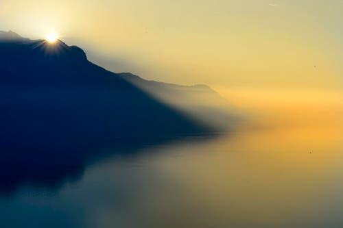Die Sonne geht über dem Genfersee und den schweizerisch-französischen Bergen oberhalb von Montreux auf. (Bild: Keystone / Laurent Gilliéron)
