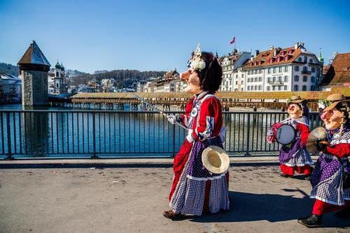 Tambourmajor der Pilatusgeister vor dem Wahrzeichen der schönsten Stadt. (Bild: Dominik Baumgartner)