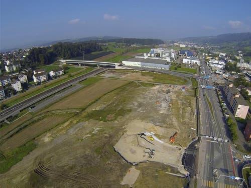 4. Oktober 2014: Auf dem Gelände der Mall of Switzerland fahren die ersten Baumaschinen auf. (Bild: René Meier)