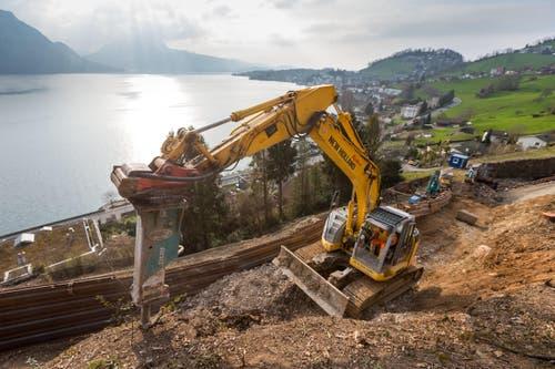 Arbeiten gegen Steinschläge und Hochwasser im Gebiet Laugneri in Weggis. (Bild: Philipp Schmidli)