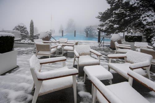Auf den Stühlen lag Schnee. (Bild: Pius Amrein)