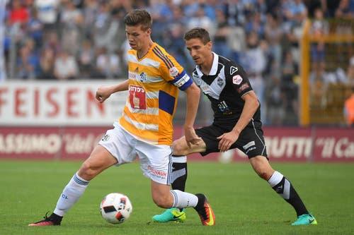 Luzerns Cedric Itten (links) läuft um den Ball gegen Luganos Fulvio Sulmoni. (Bild: Keystone / Gabriele Putzu)