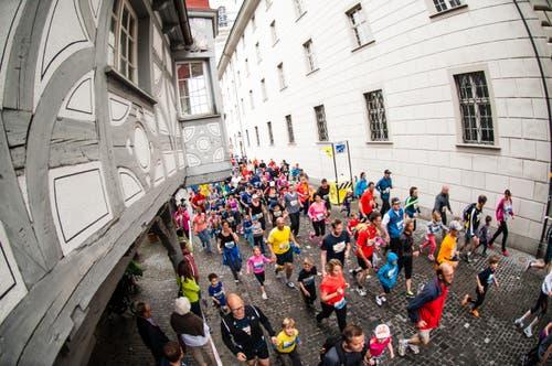 Läufer beim Regierungsgebäude (Bild: Roger Grütter / Neue LZ)