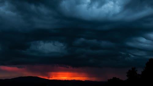 Wenn am Himmel die Hölle los ist. Aufgenommen in Sulz LU. (Bild: Jürgen Borchardt)