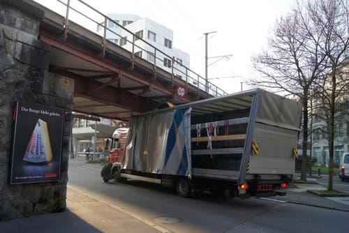 Immer wieder bleiben Lastwagen bei dieser Brücke an der Gotthardstrasse in der Stadt Zug stecken, so wie dieser Chauffeur, der die Höhe unterschätzte. (Bild: Zuger Polizei)