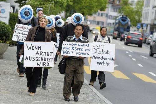Aktivisten demonstrieren am Dienstagmorgen vor dem Casino Zug gegen den Rohstoffhändler Xstrata. (Bild: Stefan Kaiser / Neue ZZ)