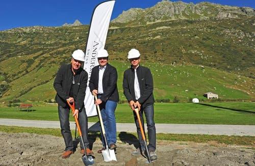 04.09.2013: Robert Fellermeier, Geschäftsführer der Andermatt Swiss Alps AG, der Andermatter Gemeindepräsident Roger Nager sowie der Leiter der Bauabteilung, Alfred Achenbach (von links), nahmen den Spatenstich vor. (Bild: PD)