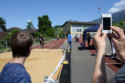 Zum Fest gehört auch der Steinstosser-Wettkampf. (Bild: Robert Hess / Neue OZ)