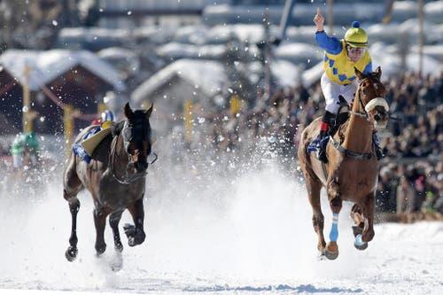 Jockey Alexander Pietsch aus Deutschland gewinnt beim 75. Grossen Preis von ST. Moritz. (Bild: Keystone)