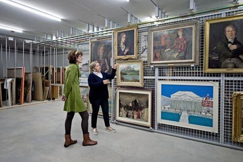 Daniela Walker und Doris Bucher im neuen Stadtarchiv. (Bild: Pius Amrein (Neue LZ))