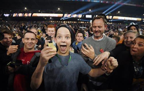 Ein Fan hat von Sonny Bill Williams, Spieler von Neuseeland, die Goldmedaille nach dem gewonnenen Rugby-Final in London erhalten (31. Oktober). (Bild: EPA / Facundo Arrizabalaga)