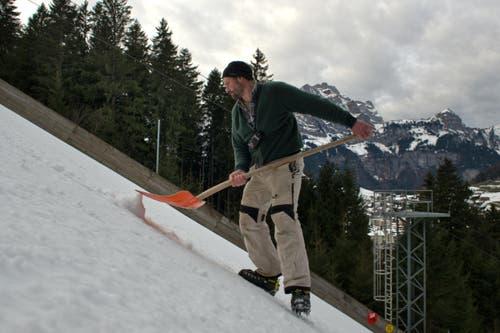 Sepp Töngi präpariert die Anlaufspur. (Bild: Nadia Schärli)