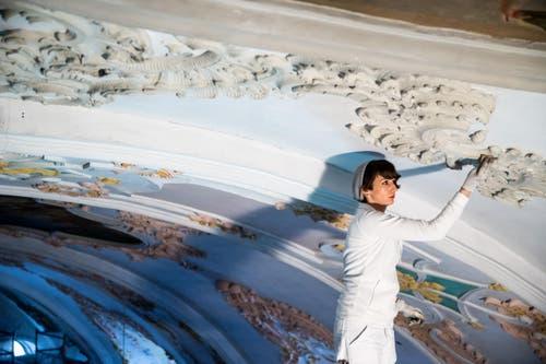 Malerin und Stuckateurin Farah Garofani an der Decke der Jesuitenkirche (8. März 2016). Letztmals war die Kirche 1978 zur 800-Jahr-Feier der Stadt totalsaniert worden. (Bild: Philipp Schmidli)