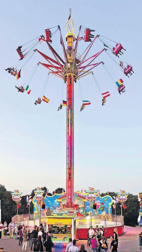 4. Oktober: Das neue Riesenkarussell an der Luzerner Herbstmesse heisst Sky Flyer. Es ist 40 Meter hoch und lockte im Oktober 2014 zahlreiche Messebesucher an die Määs. (Bild: pd)