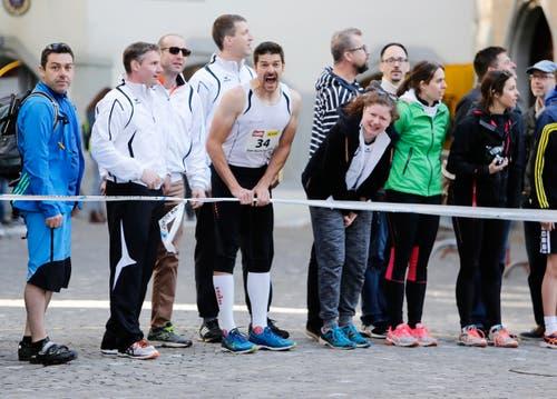 kinder und Erwachsene laufen durch die Zuger Altstadt, beobachtet von Hunderten Zuschauern. (Bild: Stefan Kaiser (Zuger Zeitung))