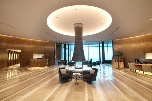 Die Réception mit der Lobby-Halle im Hintergrund im neuen Bürgenstock-Hotel (Bild: Eveline Beerkircher)