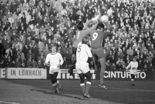 1968: Basel siegt im Achtelfinalspiel des Schweizer Cups gegen Luzern mit 3:1. Im Bild kann sich Luzerns Stürmer Kudi Müller (Nr. 9) nicht gegen die Basler Marcel Kunz (links) und Peter Ramseier durchsetzen. (Bild: Keystone)