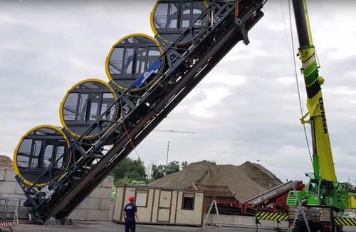 Mit einem Pneukran werden in Küssnacht Neigungstest der neuen Bahn simuliert. (Bild: Erhard Gick (Küssnacht, 10. August))