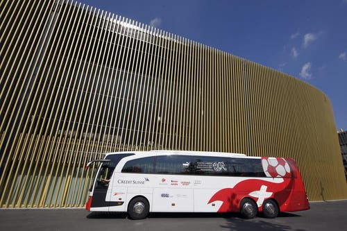 29. Mai: Der Bus der Nationalmannschaft vor der Swissporarena. (Bild: Keystone)