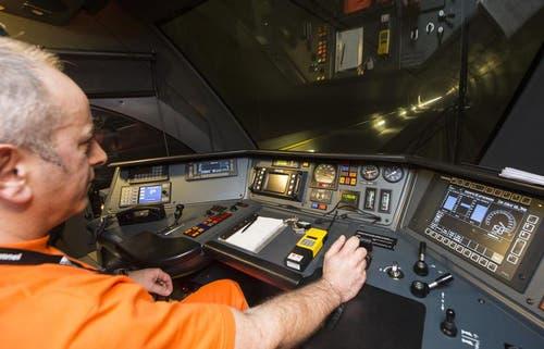 16.12.2013: Zugführer Ruperto Arcangelo stauert den Zug auf der 13 Kilometer langen Teststrecke. (Bild: Keystone)
