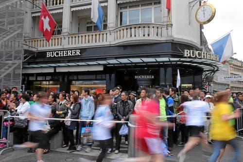Luzerner Stadtlauf: Staunende Touristen (Bild: Swiss-Image)