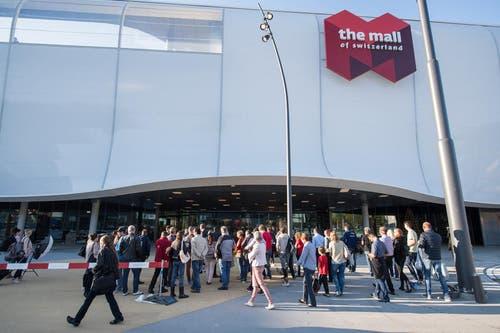 Testkunden warten vor dem Eingang der Mall auf Einlass. (Bild: Boris Bürgisser (Ebikon, 18. Oktober 2017))