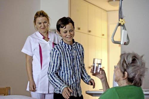David Lustenberger begleitet Zyrafete Ahmeti (links) durch ihren Tag als Fachfrau Gesundheit im Kurhotel Sonnmatt in Luzern. (Bild Nadia Schärli / Neue LZ)