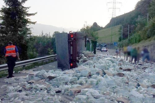 16. Juli: Es ist ein Wasserschaden der besonderen Art: Auf der Brünigstrasse am Lungerersee kippt ein Lastwagen und verstreut 8640 1,5-Liter-PET-Flaschen auf der Fahrbahn. Der Unfall geschieht um 6.30 Uhr und führt zu einem kilometerlangen Rückstau. (Bild: Kantonspolizei Obwalden)