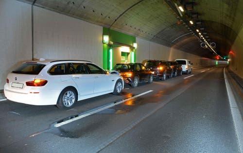 Im Rathausentunnel krachen am 18. Februar 2016 im Morgenverkehr fünf Autos ineinander. Zwei Personen werden verletzt. (Bild: Luzerner Polizei)