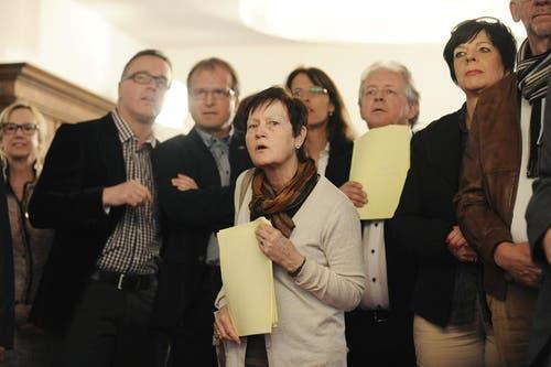 Gespanntes Warten auf die nächsten Resultate: In der Bildmitte Margrit Freivogel (CVP, vorne) und links von ihr Boris Camenzind (FDP). (Bild: Corinne Glanzmann / Neue OZ)