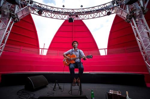 Im Bild ist Johnny Burn bei seinem Auftritt auf der Seerose beim Europaplatz während des Gästivals. (Bild: Roger Gruetter)