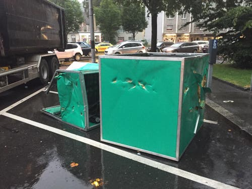 Die Ladung des Lastwagens nahm Schaden und musste abgeladen werden. (Bild: Luzernerzeitung.ch)