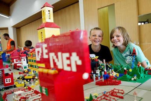 5. August: Aus Tausenden von Legosteinen erfüllen sich die Kinder vom Nidwaldner Ferienpass in Stans einen Traum. Insgesamt haben 25 Kinder aus rund 200 Kilogramm Legosteinen ihre eigene Stadt gebaut. (Bild: Corinne Glanzmann / Neue NZ)