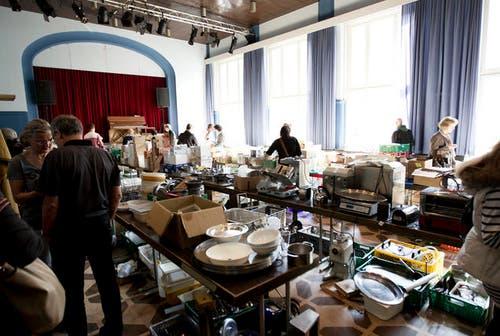 """13. September 2013: Das Hotel Anker macht seine Schotten dicht. Das Inventar kommt beim """"Rausverkauf"""" bei diversen Interessenten um gut an. (Bild: Manuela Jans / Neue LZ)"""