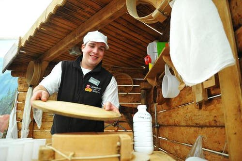 Daniel Christen beim Käsen. (Bild: Corinne Glanzmann/Neue NZ)