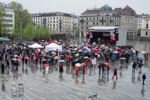 Zürich: Demonstranten verfolgen die Reden auf dem Sechseläutenplatz beim traditionellen 1. Mai-Umzug am Freitag, 1. Mai 2015. (Bild: Keystone)