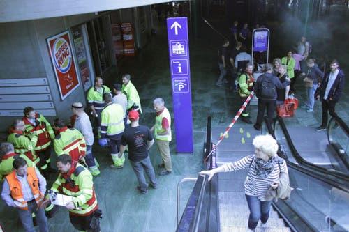 Szenen eines Ernstfalls: Rolltreppen, die nicht rollen, abgesperrte Zonen und Feuerwehrleute. (Bild: Christian Volken / luzernerzeitung.ch)