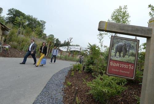 Mehrere Installationen entlang den Besucherwegen thematisieren Konflikte zwischen wild lebenden Elefanten und der Bevölkerung in Thailand sowie konkrete Massnahmen für ein möglichst gutes Zusammenleben. (Bild: Keystone)