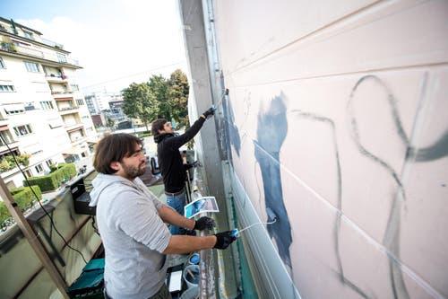 Damit soll das Wandgemälde an das diesjährige Motto des Festivals «Aus Kunst wird Wasser» anknüpfen. (Bild: Roger Grütter)